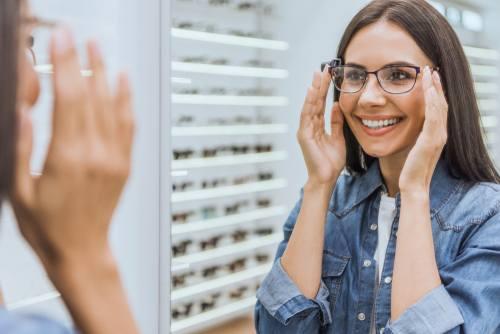 בחורה מודדת משקפי שמש