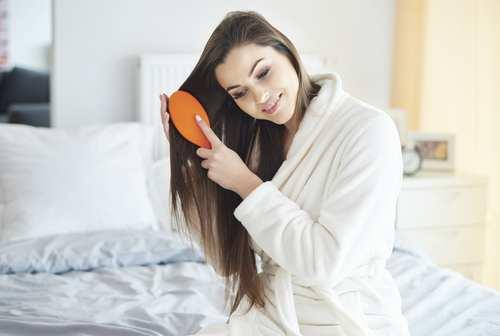 בחורה מברישה את שיערה